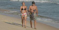 Mulher de Luciano Szafir, Luhanna Melloni exibe barriguinha de grávida na praia