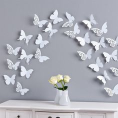 Украшение стены бабочками из белой бумаги