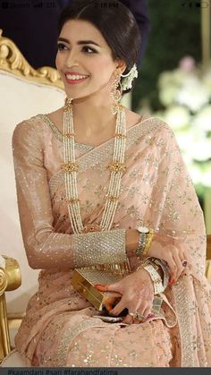 Indian fashion has changed with each passing era. The Indian fashion industry is rising by leaps and bounds, and every month one witnesses some new trend o Pakistani Bridal Dresses, Indian Dresses, Indian Outfits, Bridal Sarees, Modern Saree, Stylish Sarees, Saree Look, Elegant Saree, My Hairstyle