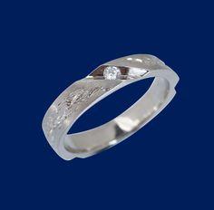Routa-korusarjan upea valkokultainen timanttisormus. Sormuksen leveys 4mm. Tämä sormus on omiaan vaikkapa talvimorsiamen kihla- tai vihkisormukseksi. Design Matti Marin.