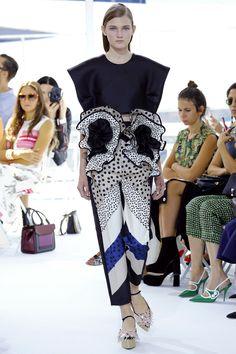 Delpozo Spring 2016 Ready-to-Wear Fashion Show Collection: See the complete Delpozo Spring 2016 Ready-to-Wear collection. Look 10 Fashion Project, Fashion Week, Fashion Trends, Women's Fashion, Spanish Fashion, Ruffle Pants, Delpozo, Fashion Show Collection, Spring Summer 2016