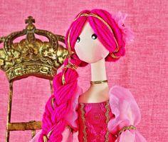 BONECA PRINCESA CATARINA <br> <br>EDIÇÃO ESPECIAL : FRETE GRÁTIS - PAC <br> <br>Nesta edição especial com vestido e muita graça, as pernas se dobram quando sentada conferindo muito charme ao ambiente. <br> <br>DICA: Ideal para presentear as apaixonadas pelas princesas encantadas. <br> <br>Boneca de Pano feita com tecidos nobres de cetim, lãs diferenciadas e algodão antialérgico. <br> <br>*BRINDE ESPECIAL - Expositor para boneca na cor branca especialmente para Você.