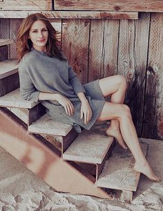Julia Roberts looks beautiful in her grey sweater dress photo from Elle magazine. Erin Brockovich, Grey Sweater Dress, Actrices Hollywood, Famous Women, Celebs, Celebrities, Mannequins, Fashion Stylist, Belle Photo