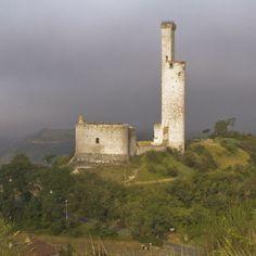 Situées à proximité d'Albi, les ruines de Castelnau-de-Lévis dominent la vallée du Tarn. rès abîmé par les carriers au 19°s, le site a néanmoins conservé son étonnante tour de guet solitaire, fragile construction de 35m de hauteur
