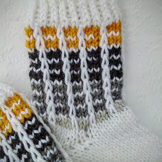 Kerrosrivinousua Knitting Charts, Baby Knitting Patterns, Knitting Socks, Knitted Hats, Wool Socks, Baby Socks, Diy Crochet, Mittens, Sewing