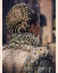 Elizabeth of Austria - medieval pearl decorated chignon Mode Renaissance, Renaissance Costume, Renaissance Fashion, Renaissance Clothing, Italian Renaissance Dress, 1500s Fashion, Elizabethan Costume, Victorian Fashion, Fashion Fashion