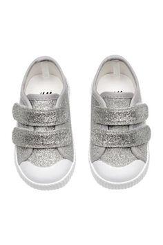 Brokatowe buty sportowe ze wzmocnionymi palcami. Patka na rzep z przodu, pętelka z tyłu. Podeszwy wewnętrzne i wyściółka z bawełny. Gumowe podeszwy zewnętrz