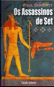 Os assassinos de Set - Paul Doherty Amerotke, juiz supremo de Tebas e magistrado supremo dos tribunais do Egipto, tem entre mãos mais um crime para deslindar. Ipumer, um jovem e ambicioso escriba, morre envenenado e a sua amante, Neshratta, é a principal suspeita. Enquanto investiga este crime, Amerotke é chamado pela faraó Hatusu ao templo de Set, onde ocorreu outro homicídio, desta vez do general Balet, um dos maiores heróis do Egipto.