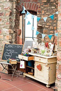 Candybar auf alter Kommode mit Hinweis-Schild und Winpel-Girlande bei www.weddingstyle.de | Foto: von [blickfang] Event Design
