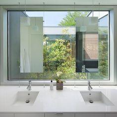 Waarom zou een wastafel niet voor het raam kunnen staan? Een mooie oplossing (Splyce-Findlay)