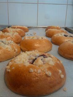 Kynuté koláče s džemem a drobenkou.(Yeast cake with jam)