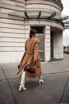 Kamel Mantel + weiße kniehohe Stiefel Source by White Knee High Boots, White Leather Boots, White Boots, Cream Boots, Fashion Week, Trendy Fashion, Winter Fashion, Womens Fashion, Affordable Fashion