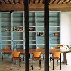 Une salle à manger vintage aux multiples rangements