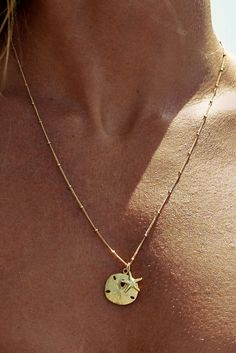 A great gift for your favorite beachcomber! 14K Gold fill chain with Gold vermeil Sand Dollar and your choice of starfish or seahorse charms. Item #: SOLEILB-008 96.00j