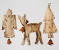 Každý kus dřevěných ozdob dekoruje zvoneček, cena 149 Kč/set; Tchibo