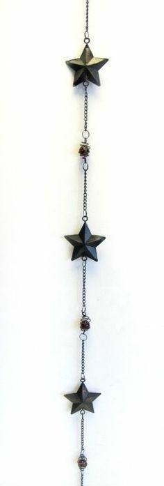 Restposten: 3 Sternenketten aus Metall in Schwarz/ Messing mit roten Kugeln.