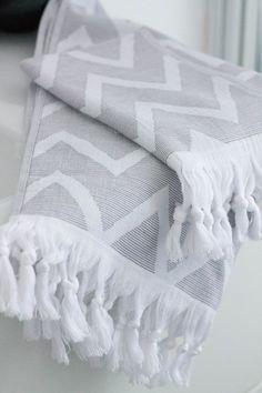 Hamam Handtuch CHEVRON mit Fransen grau-weiß