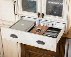 家を新築する方に第一に求める条件を尋ねると、 キッチンのインテリア実例(1) Charging station in the drawer