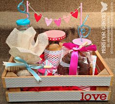 Abbondanza Fiesta - Papel para Scrapbook en México: Desayuno Romantico Breakfast Basket, Breakfast Tray, Diy Gift Box, Diy Gifts, Honey Shop, Chocolate Bouquet, Ideas Para Fiestas, Party In A Box, Love Gifts