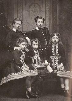 Los hijos de los reyes Eduardo VII y Alexandra del Reino Unido. Abajo la princesa Louise, la princesa Maud y la princesa Victoira. Arriba el príncipe George y el príncipe Albert Victor del Reino Unido.