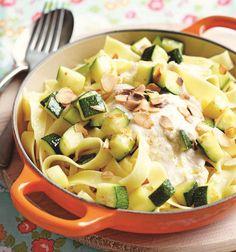 Wij houden van seizoensgroenten. Met deze 18 recepten kun je de hele zomer genieten van courgette, van pasta's tot spiesjes!Lees ook …Dit is de beste manier om courgettes te snijden16x smakelijke salades met courgette12 verrassende dingen die je kan maken met courgetteCourgettesoep: 10x andersCourgette en gehakt: een topcombinatie Go For It, Rigatoni, Pasta Salad, Vegetables, Ethnic Recipes, Weight, Food, Tips, Salad