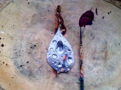 Mujer bajo la lluvia, pintado sobre hoja. Por 📷@brayanamis
