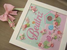 Enfeite de Porta Maternidade Passarinhos nas cores rosa e verde bebê, decorado com florzinhas de feltro e borboletas de fuxico em tecido. As cores podem ser alteradas de acordo com a sua decoração.