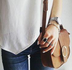 Petit sac besace camel avec anneau en métal devant, très chic avec un jean et un top blanc fluide : http://www.taaora.fr/blog/post/sac-besace-caramel-petit-format-avec-anneau-metal-sur-le-rabat #look