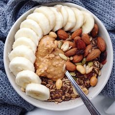 HAPPY - Protein chocolate oats (made with Vega protein powder) topped with banana, peanut butter, almonds and trail mix :) This was my lunch today, it's been pouring rain all morning so a comforting warm bowl of oats was perfect! Think Food, Love Food, Healthy Snacks, Healthy Eating, Healthy Recipes, Diet Recipes, Food Goals, Aesthetic Food, Breakfast Recipes
