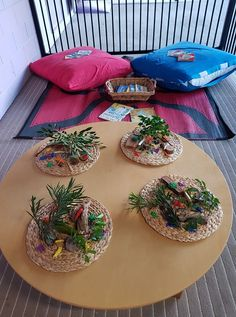 Be inspired to set up invitations to play and learn using simple materials from nature with this collection of photos and ideas from early years educators! photos How to set up invitations to play using nature - ideas for educators! Play Based Learning, Early Learning, Work Activities, Preschool Activities, Baby Room Ideas Early Years, Preschool Set Up, Reggio Inspired Classrooms, Holiday Icon, Small World Play