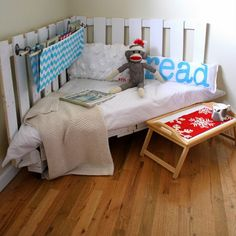 Not happy with any of the average everyday toddler beds you see? Here are 10 great ideas on how to make your own DIY Toddler Beds. Diy Pallet Furniture, Diy Pallet Projects, Home Projects, Pallet Ideas, Furniture Ideas, Palette Furniture, Corner Furniture, Wood Furniture, Palette Projects