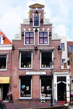 Aan de Dr. Kuyperkade staat dit 17e-eeuwse pand heeft een puntgevel met vlechtingen en een oude onderpui. Het pand moet zijn gebouwd tussen 1574 en 1628. De mooie oude gevel lijkt op de fraaie trapgevels die in Amsterdam zijn ontstaan. Er zijn negen sierlijke muurankers. Het pand is in de loop der eeuwen bewoond geweest door vele burgemeesters en wethouders. In 1860 stichtte 'mesjeu' Van Dalen er de eerste christelijke school van Maassluis. De school startte met 63 leerlingen.