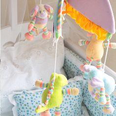 ¿Sabías que usar colores neutros en la decoración de la recámara de tu bebé le da una sensación de calma y armonía? Si a eso le sumas un móvil, ¡será el estímulo visual y motriz perfecto para los primeros tres meses de vida de tu bebé!
