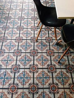 Colorful ciment tiles with dark chairs Floor Design, Tile Design, House Design, Design Hotel, Interior Architecture, Interior And Exterior, Home Design Decor, Home Decor, Deco Design