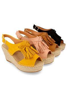 Sandalias top ventas que además de ser elegantes y sexys, son muy cómodas y versátiles. ¡Póntelas tanto de día como de noche!  Sandalias de cuña en yute, antelina y suela de goma.  Destacan los detalles del lazo y las borlas en el empeine. Talón destalonado y cierre mediante hebilla en el tobillo.   Cuña: 8.5 cm  Plataforma: 3.5 cm Huaraches, Nike Huarache, Baby Shoes, Sneakers Nike, Fashion, Wedge Sandals, Jute, Platform, Footwear