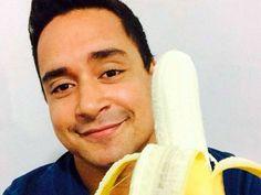 "Xanddy, vocalista da banda Harmonia do Samba, mostrou uma banana para protestar. ""Somos todos macacos. Daniel Alves, estamos juntos"", disse"