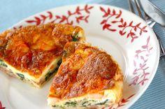 ホウレン草、エビ、ベーコンが入ったおもてなしに最適なキッシュ。前日に作っておいても良いですね。ホウレン草のキッシュ[洋食/焼きもの、オーブン料理]のレシピです。 Shrimp Quiche, Spinach, French Toast, Pork, Food And Drink, Menu, Chicken, Cooking, Breakfast