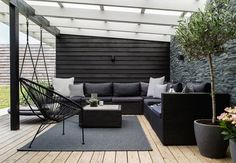 Black and white terrace. Zwart wit hout in de tuin.