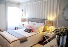Quarto glam com decoração feminina, papel de parede cinza e branco, decoração com glamour, abajur floral, espelho, dourado, prata.