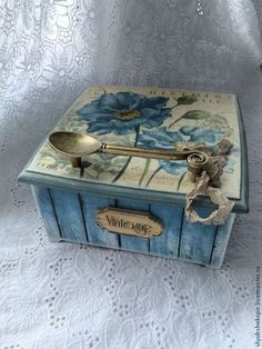 wooden box with decoupage пикс Decoupage Vintage, Decoupage Box, Vintage Crafts, Cigar Box Art, Cigar Box Crafts, Altered Cigar Boxes, Altered Tins, Decoration Shabby, Pintura Country