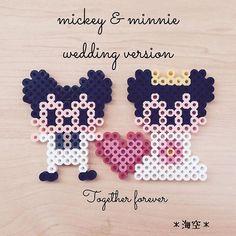 #私の趣味 ミッキーとミニーのウエディングバージョン。ハートでくっ付けてみた♡ #アイロンビーズ#パーラービーズ#perlerbeads #ミッキー#ミニー#ディズニー #ウエディング#結婚式#オリジナル