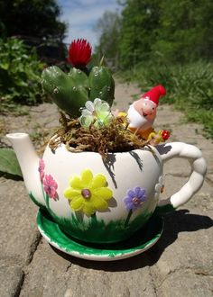 47 Unique Diy Tea Cup Fairy Garden Ideas Asian gardens are based on Japanese, Chinese garden design as well as the teachings of Zen and Feng Shui. Feng Shui, Teapot Crafts, Asian Garden, Chinese Garden, Large Flower Pots, Small Figurines, Backyard Pool Designs, Fairy Garden Houses, Garden Web