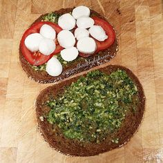 Tosti mozzarella, pesto en tomaat