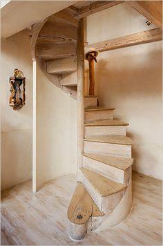 diseño escalera caracol de madera y yeso estilo rustico