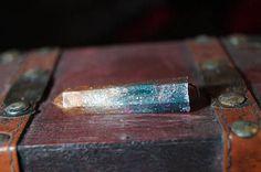 ich biete hier einen hansgegossenen Kristall an. er ist zu 100% ein unikat. auf wunsch verlängere ich die Kette um bis zu 10 cm. Ich persönlich habe schon immer eine Vorliebe für Kristalle gehegt. Doch welche zu finden, die mir auch gefallen stellte sich jedes mal wieder als