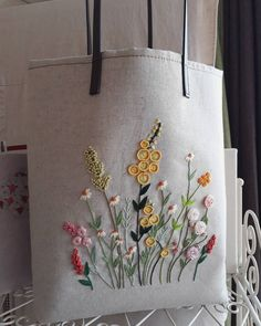 """오트밀 색상 """"들판위의꽃들"""" Color de avena """"flores en el campo"""" # Bolsas de bordado # Bordado francés # Tranvía de bordado # Cosido a mano # Hecho a mano # Hermosa # Sejong bordado francés # Pueblo Bumjiri Embroidery Flowers Pattern, Embroidery Bags, Hand Embroidery Stitches, Silk Ribbon Embroidery, Embroidery Hoop Art, Crewel Embroidery, Hand Embroidery Designs, Cross Stitch Embroidery, Brazilian Embroidery"""