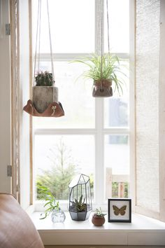 Eye-catcher: learn planters The newest version of the hanging garden with plants which holders of leather. The learning 'swings' are ideal when watering, you take the jars out there just now. Deco Floral, Arte Floral, Interior Plants, Green Plants, Hanging Planters, Best Interior, Indoor Plants, Indoor Garden, Decorating Your Home