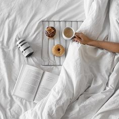 Breakfast in Bed Tip: Make a table with an old oven rack. Breakfast Casserole Easy, Breakfast For Dinner, Diet Breakfast, Flat Lay Photography, Food Photography, Bedroom Photography, Coffee In Bed, Coffee Latte, Coffee Time