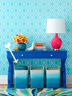Spray Paint Ombre Baskets This is the perfect DIY for laundry or toy baskets, to update your home decor. A great re-do with spray paint in your favorite colors. Painted Baskets, Painted Wicker, Painted Furniture, Metallic Furniture, Spray Paint Crafts, Spray Paint Projects, Ikea, Summer Diy, Summer Crafts