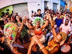 A festa ainda conta com o ator e dançarino do Ilu Obá de Min, Eduardo Carvalho, que realiza intervenções artística sobre pernas de pau para receber o público. Confira aqui!